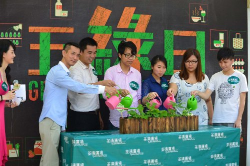 因為「打工換宿2013」的活動而獲荃灣廣場邀請,擔任活動的嘉賓