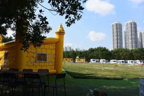 除了泡泡營之地,營地還有其他設施,如露營車、色彩繽紛的吹氣屋