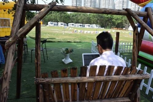 到訪的時候雖然天氣較熱,不過一邊望著泡泡營外的大片的草地,一邊寫稿,也是一件樂事。